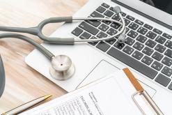 asystent-medyczny-podpisze-dokumentacje-medyczna